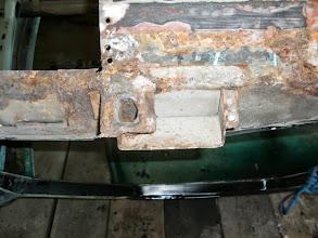 Photo: Innenschweller an der Wagenheberaufnahme. Das einzige was werkseitig ordentlich hohlraumversiegelt war, ist die Quertraverse