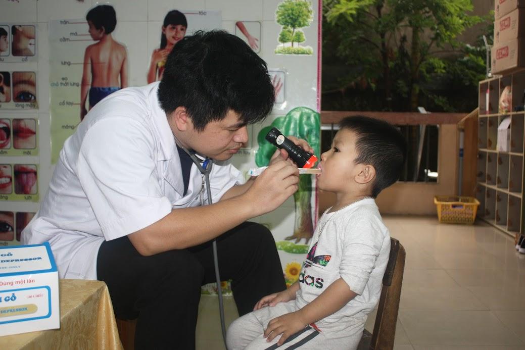 Khám sức khỏe định kỳ cho các em học sinh mầm non
