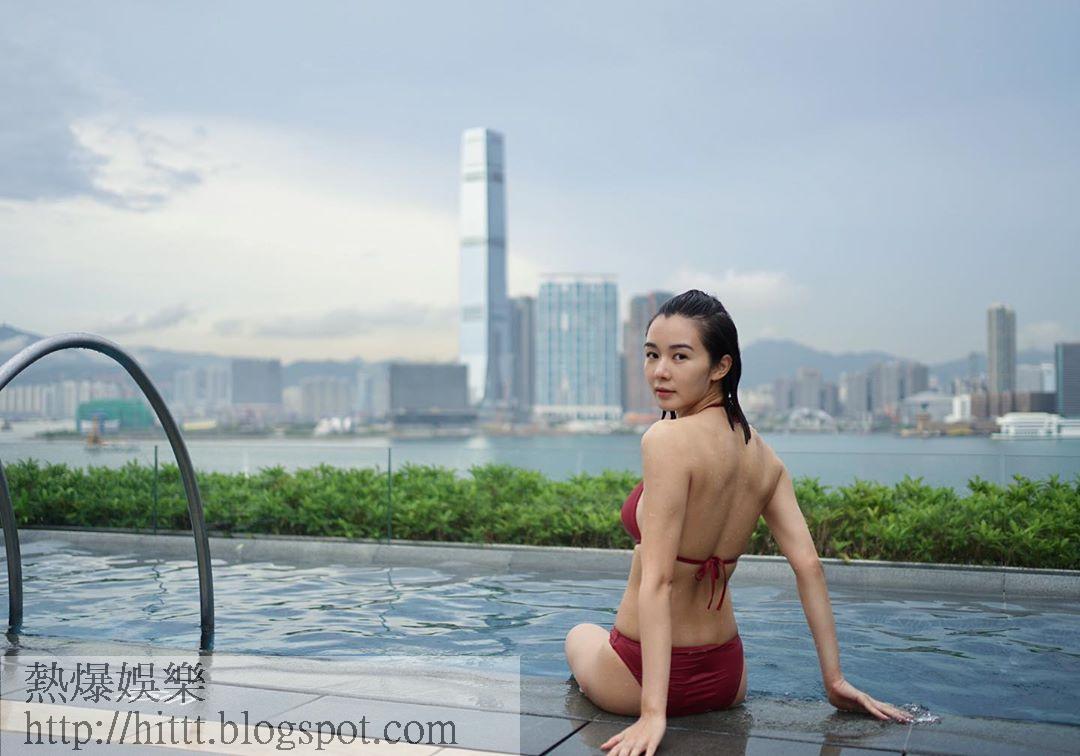 麥明詩着上泳衣在泳池回眸晒靚背。