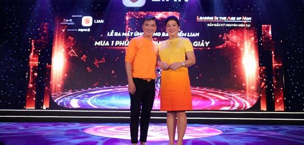 (TechsTime) Đàm Vĩnh Hưng mua 100 gói bảo hiểm cho nghệ sĩ nghèo tại Lian App Festival