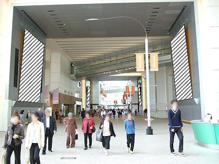 クイーンズスクエア内 大型懸垂幕