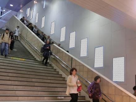 二子玉川駅 階段壁面サイネージ