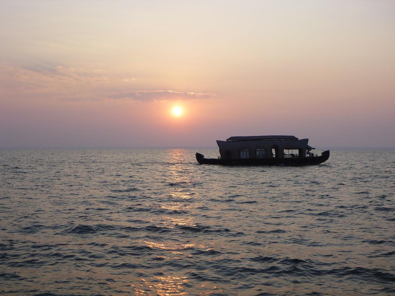 kerala-backwaters-house-boat-cruise-green-country-travel-book-hotels-flights-tours-holidays-visas-travel-insurance