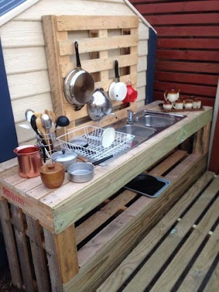 Second Hand Outdoor Kitchen Made Out of Recycled Pallets a Sink and Filled With