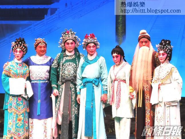 (左起)鄭詠梅、陳鴻進、龍貫天、羅家英、南鳳、黎耀威及林寶珠為救亡業界全力演出。