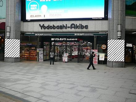 ヨドバシAKIBA 第2エントランス前柱巻広告