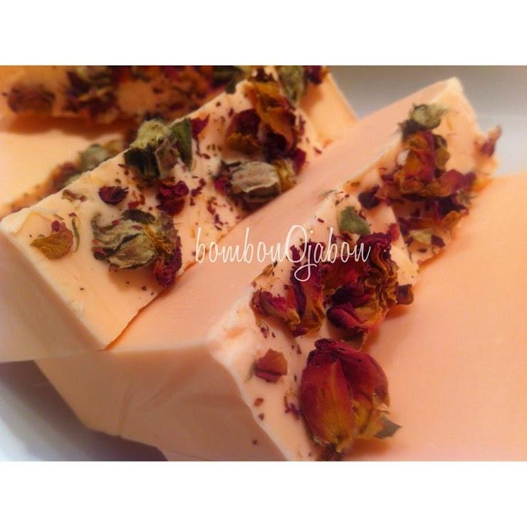Jabón natural pétalos de rosa con suave aroma rosa bombón, cremoso con aceite mosqueta.