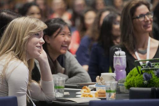 Donne sedute a una conferenza sulla carriera in ambito tecnologico.