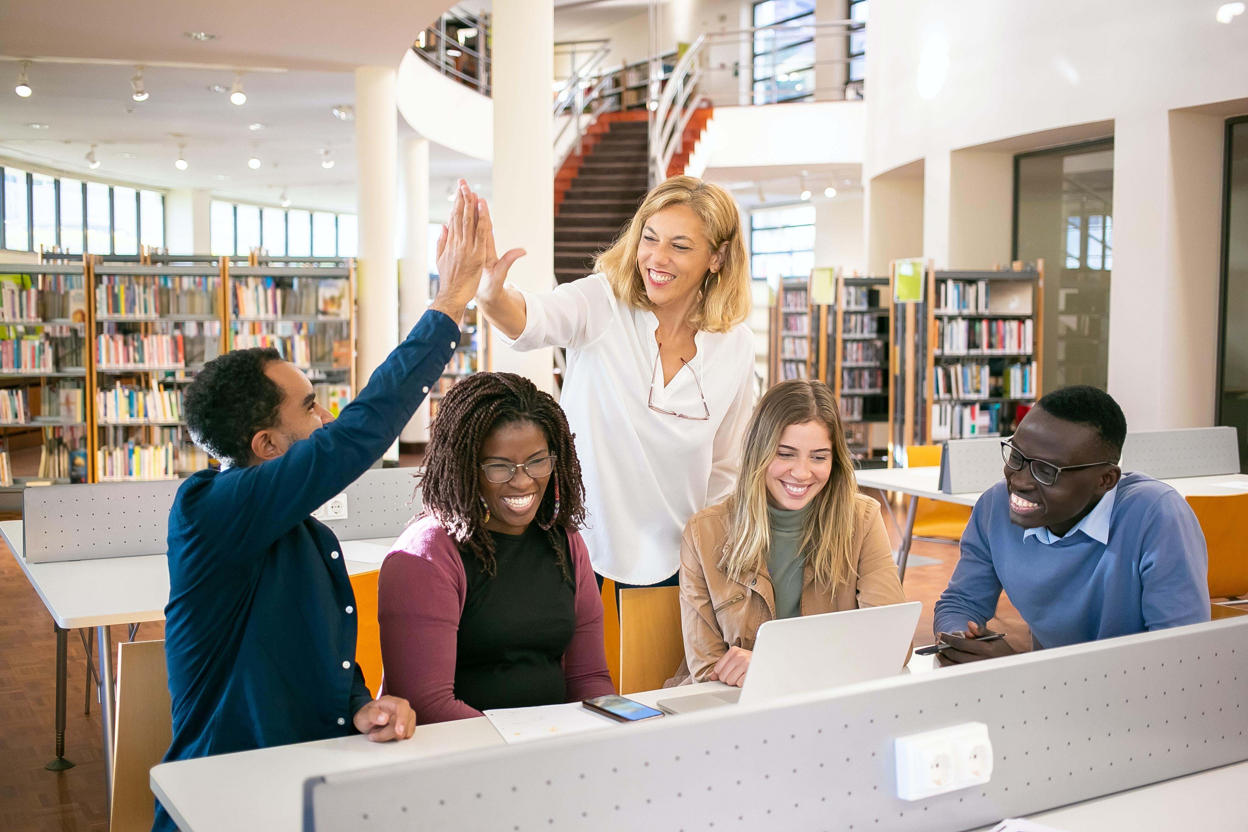 A vertente acadêmica incentiva o mestrando a repassar diretamente seus conhecimentos (Fonte: Kampus/Pexels)