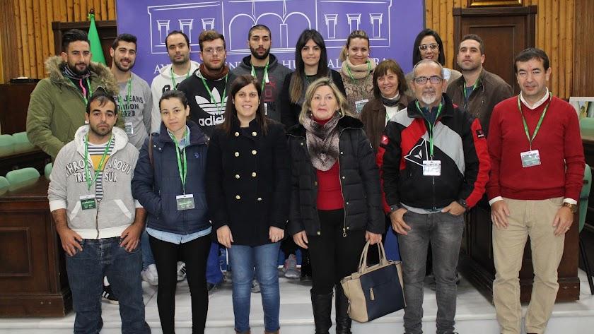 La concejal de Empleo en una foto de archivo con participantes en un programa anterior.