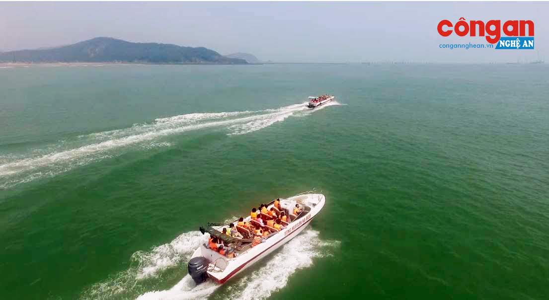 Xuồng cao tốc của Công ty Song Ngư Sơn đưa du khách ra tham quan Đảo Ngư