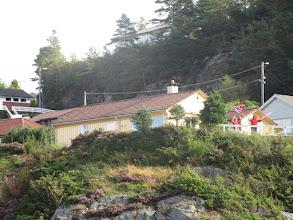 """Photo: """"Z támhle toho domku nám každý den mávají, tak jim prosím taky zamávejte,"""" ohlásil člen posádky a vyběhl na příď mávat vlajkou."""