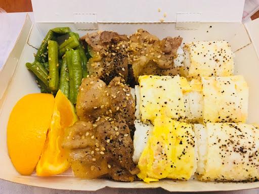 鮭魚蛋+醬燒豬雙拼 起司蛋+醬燒豬雙拼 飯是用白米,不是糯米,每種口味都喜歡!