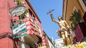 La imagen del Resucitado a su paso por la calle Real camino del Santuario de la Patrona