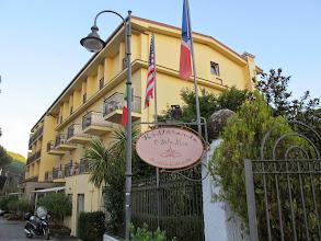 Photo: It.s4HR10-141008Sant'Agata, hôtel-restaurant O'Sole Mio, façade et enseigne, de jour  IMG_5782