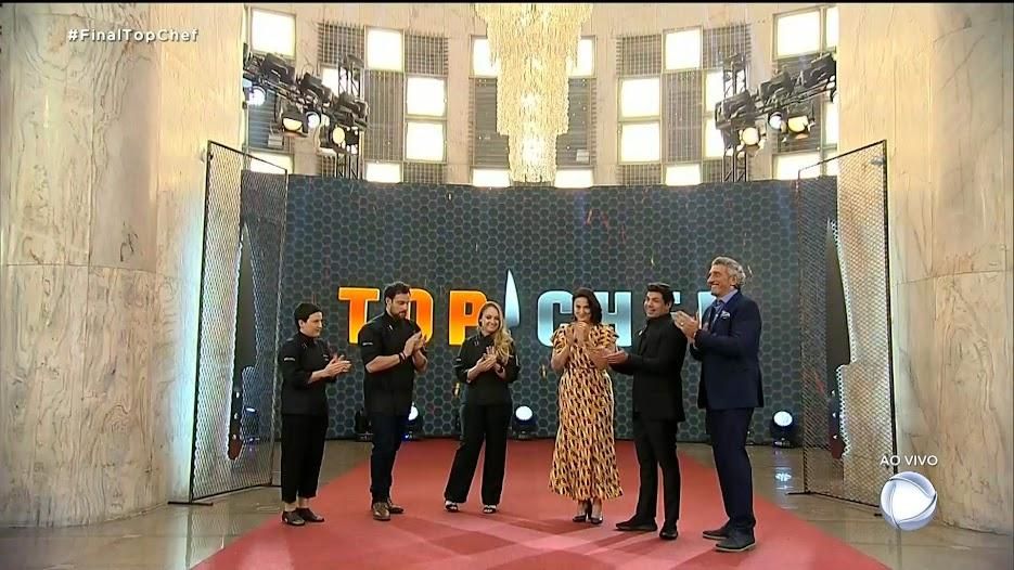 Finalistas do Top Chef com o apresentador e os jurados do programa
