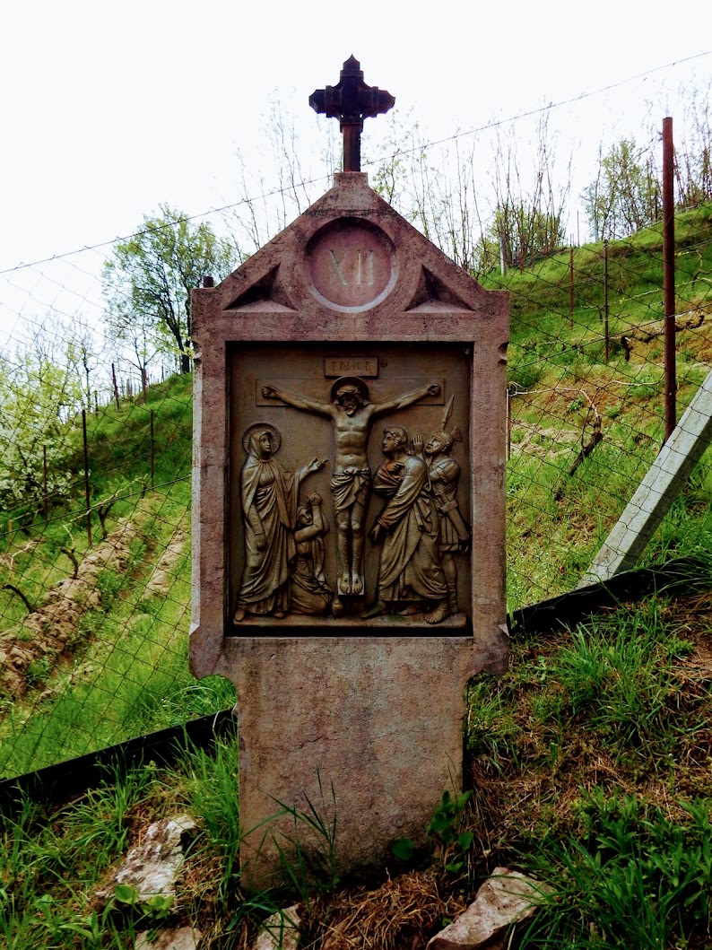 Lábatlan - Piszkei kálvária, stációs keresztút a templom mögötti dombon