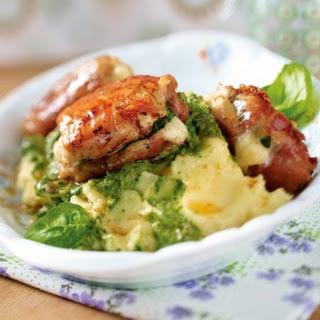 Kleine Parma-Hähnchen-Päckchen mit Kräuterschmand-Kartoffelstampf