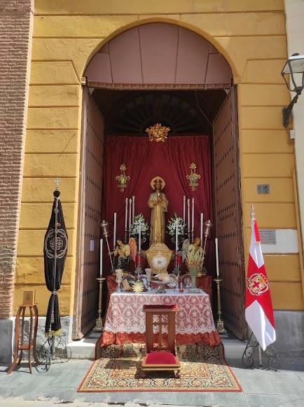 Altar del Santo Sepulcro en la puerta lateral de la parroquia de San Pedro.