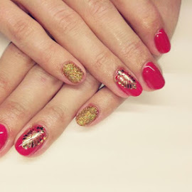 A manicure in red and gold by Svetlana Saenkova - Instagram & Mobile Android ( red, body parts, golden, glitter, fingers, manicure, female )