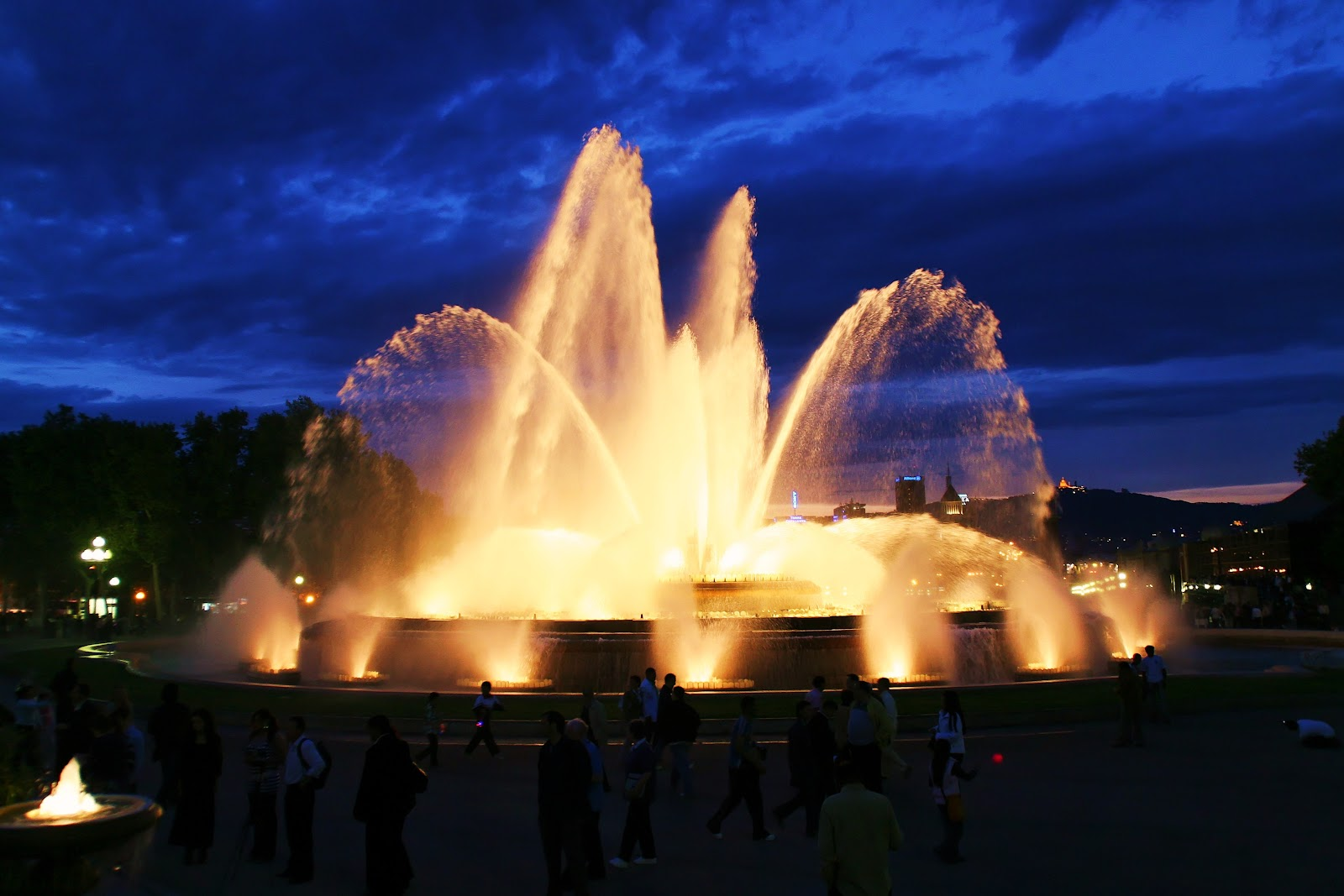 The_Magic_Fountain_of_Montjuic_-_panoramio.jpg