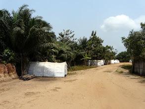 Photo: les habitants sauvés ont été relogés par une ONG internationale dans ces tentes d'urgence, ils ont tout perdu