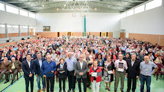 Foto de familia con los alcaldes, diputado y más de 500 mayores presentes en la jornada de convivencia.