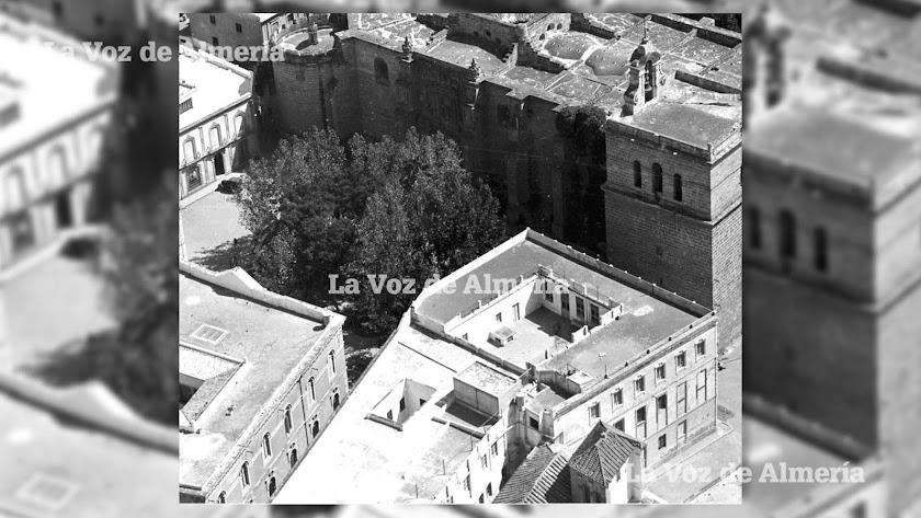 Frente a la torre del campanario de la Catedral se alzaba el colegio Diocesano, con su gran patio del tercer piso y sus pequeños patios secundarios.
