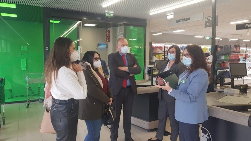 Visita del alcalde cuevano a las instalaciones de Mercadona en el municipio.