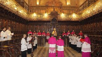 Los dos nuevos canónigos jurando ante el obispo en el coro de la Catedral de la Encarnación.