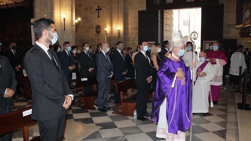 El obispo presidió la misa-funeral por las víctimas de la covid-19 en la provincia de Almería.
