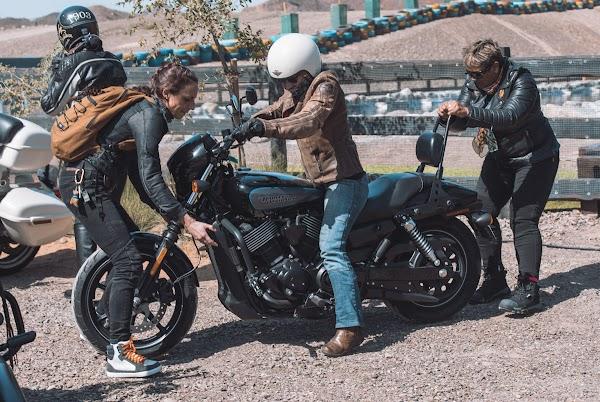 女摩托车骑手在交流互动