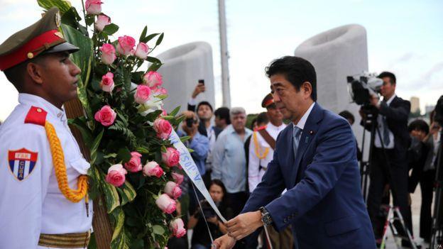 安倍前往革命廣場向民族英雄何塞·馬蒂(Jose Marti)獻花致敬。