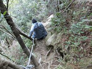 Photo: 有人說上山容易下山難,其實上山真的比下山安全許多,上山幾乎只需考慮體力,而下山不但要有體力、腳力,更要注意重心與平衡!像我的體重更容易重心不穩而摔倒,在這陡峭路段摔倒可大可小!所以我乾脆直接先屁股著地,半滑溜式的下山。