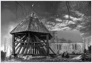 Photo: Die im 13. Jahrhundert aus behauenen Feldsteinen errichtete Dorfkirche in Eixen beherbergt Wandmalereien aus der Erbauerzeit. Der nebenstehende Glockenturm wurde im 19. Jahrhundert errichtet. Die Orgel wurde von wurde von Friedrich A. Memel aus Stralsund erbaut. Fotogalerie mit Dorfschönheiten in Vorpommern: goo.gl/831CzD