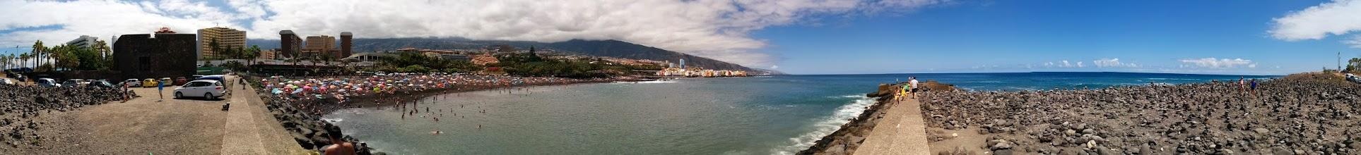 Photo: una panorámica de esta playa con arena volcánica en Puerto de la Cruz