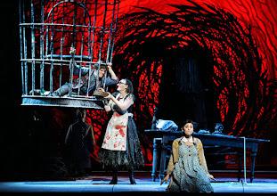 Photo: Wiener Staatsoper: HÄNSEL UND GRETEL. Inszenierung Adrian Noble. Premiere 19.11.2015. Daniela Sindram, Michaela Schuster, Ileana Tonca.  Copyright: Barbara Zeininger