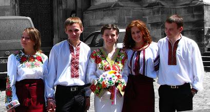 """Photo: Mieszkańcy Ukrainy Zachodniej coraz częściej występują w strojach ludowych, robią sobie nawet w nich fotografie do dokumentów. Jest to reakcja na zlikwidowanie w dowodzie osobistym rubryki """"narodowość"""". Zdjęcia w koszulach ludowych, tak zwanych wyszywankach, są robione do dowodów osobistych, paszportów i legitymacji studenckich."""