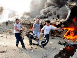 Feriti trasportati a braccia sotto le bombe