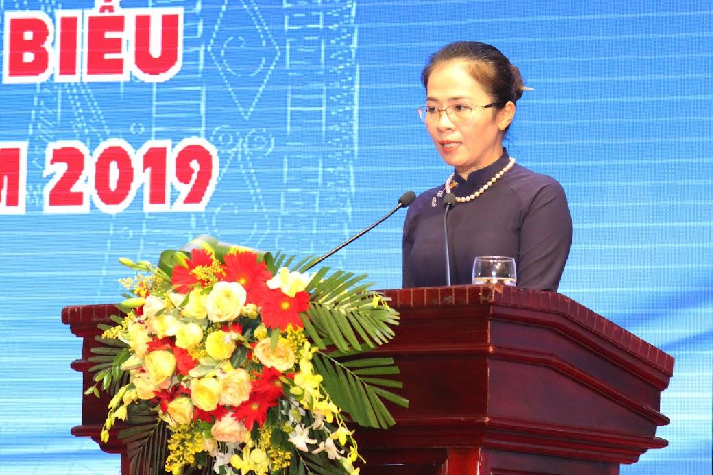 """Đồng chí Võ Thị Minh Sinh - Chủ tịch Ủy ban MTTQ tỉnh trình bày thư kêu gọi """"Tháng Vì người nghèo 2019"""" của lãnh đạo tỉnh"""