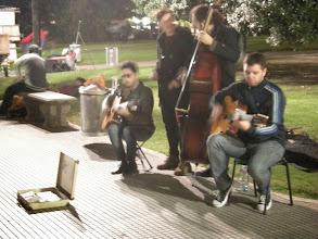 Photo: ブエノスは道で演奏してる人が、いちいち上手くてカッコいい。ジプシー系ジャズのお兄さん達。レコレタで。
