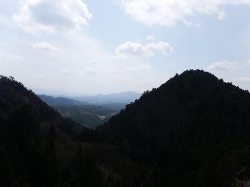 峠からの眺め(中央に竜門岳)