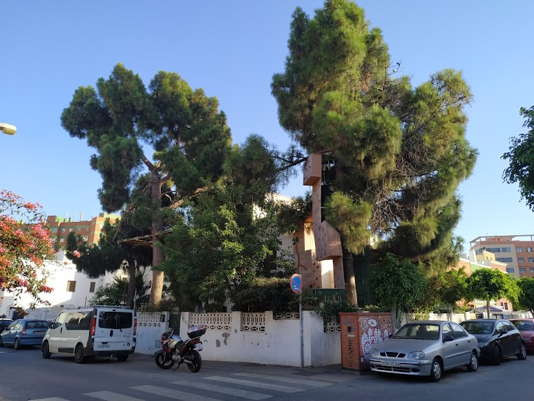 Vivienda en la calle Huelva con Colombia con una casa en el árbol