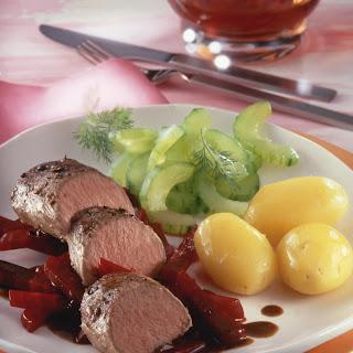 Mit Dillessig marinierter Lammrücken auf Rote Bete Gemüse mit kleinen Kartoffeln