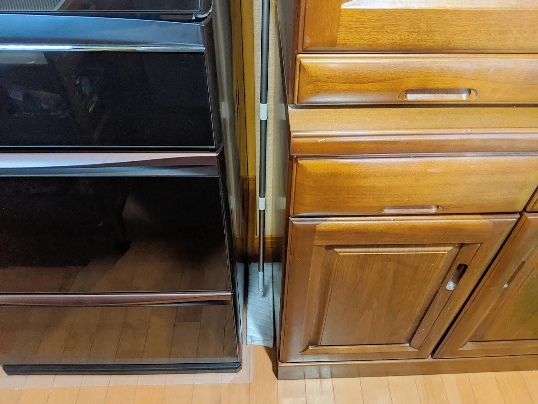 冷蔵庫と食器棚のすき間にウェーブを入れた図。ヘッドを寝かせても入っている
