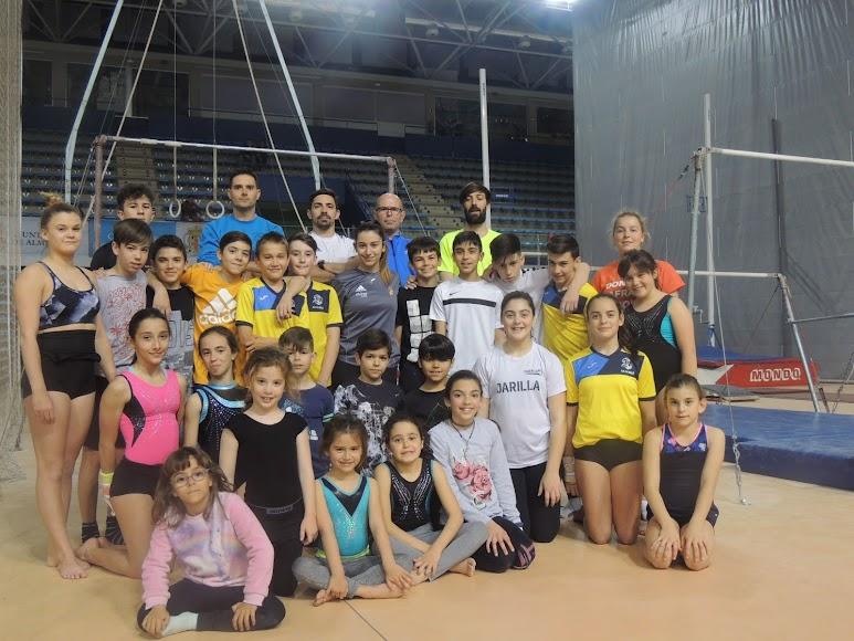 Foto de familia con los profesores y gimnastas de La Salle.