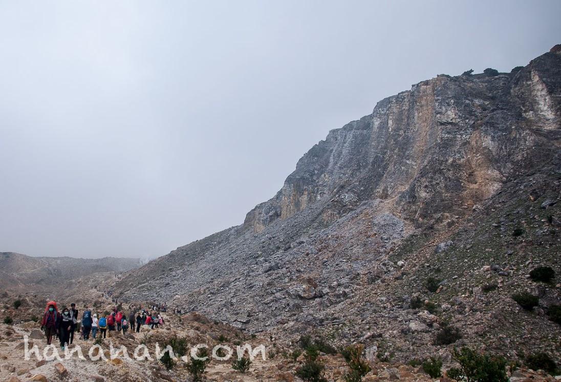 Jalur pendaki di Kali Mati Papandaya. Sebagian pengunjung banyak yang berkumpul di area ini.