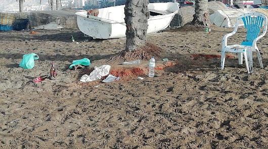 Botellones en El Zapillo: vecinos denuncian la basura que dejan en la playa