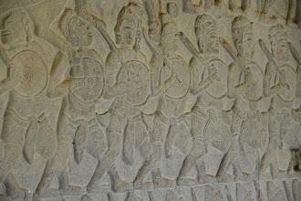 """Photo: 14- Les bas reliefs sont magnifiquement conservés. Ici ils racontent les moments épiques des combats qui permirent à l'empire Khmer, sous la conduite de Jayavarman VII, le fameux """" Roi lépreux"""", de s'étendre sur presque toute la péninsule indochinoise (incluant donc la quasi-totalité de la Thaïlande et du Vietnam). C'était au 12ème siècle, et le royaume croulait sous les richesses. Il s'effondra par la suite, victime de plaies qui frapperont chroniquement le Cambodge : dissentions au sein de la famille régnante, gabegie, corruption, qui permettront aux Viet et aux Thaï d'annexer le pays à tour de rôle."""