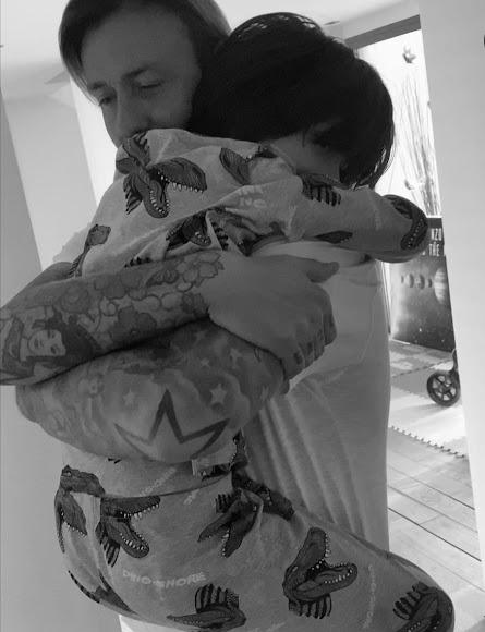 Guti abrazado a su pequeño, el rey de la casa.